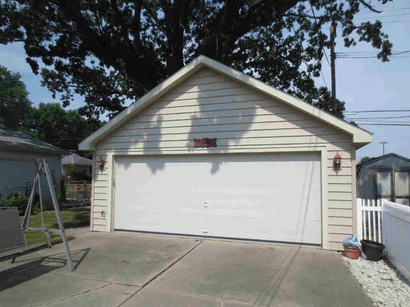 601 HOLLYWOOD Monroe, MI 48162 by Coldwell Banker Haynes R.e. $159,900