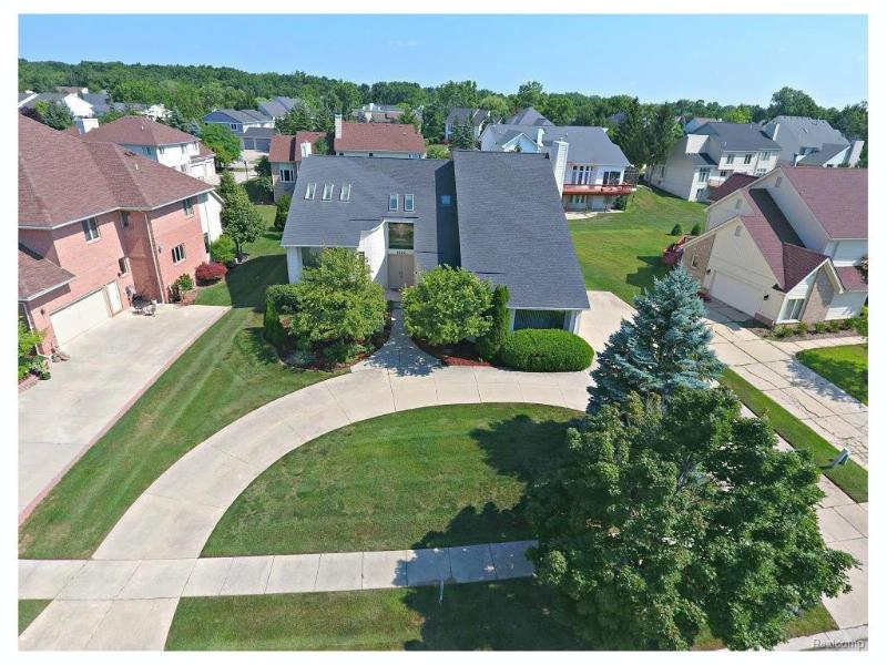 5592 SILVER POND Drive West Bloomfield Township, MI 48322 by Real Estate One $499,000