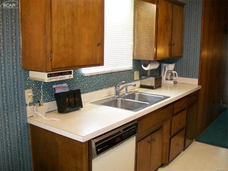 3356  Ridgecliffe Dr,  Flint, MI 48532 by American Associates Inc. $79,900