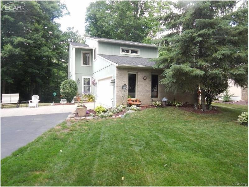 374  River Woods Dr,  Flushing, MI 48433 by Remax Town & Country $199,900