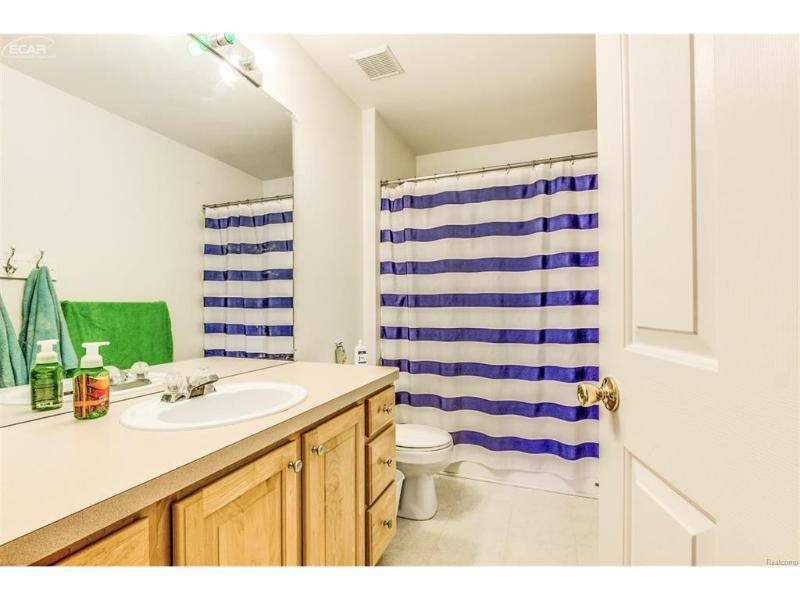 818  Canyon Creek Dr,  Holly, MI 48442 by Remax Platinum Fenton $199,999