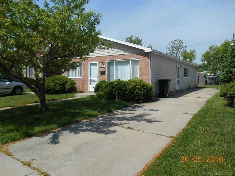 25135 Pearl,  Roseville, MI 48066 by Unity Real Estate $950