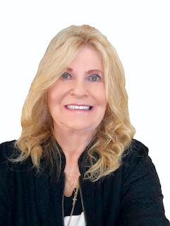 Portrait of Carole Smoter Associate Broker